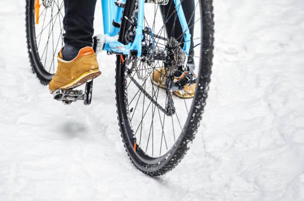 radfahrer im verschneiten wald - cyclocross stock-fotos und bilder
