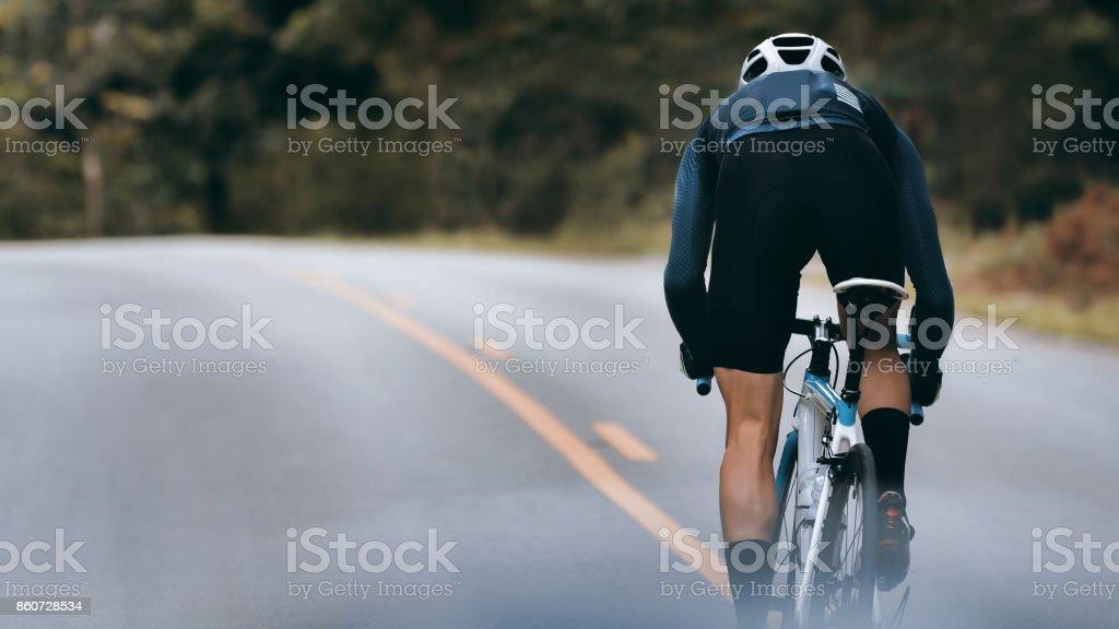 Cycliste augmenter sa vitesse de sprint. photo libre de droits