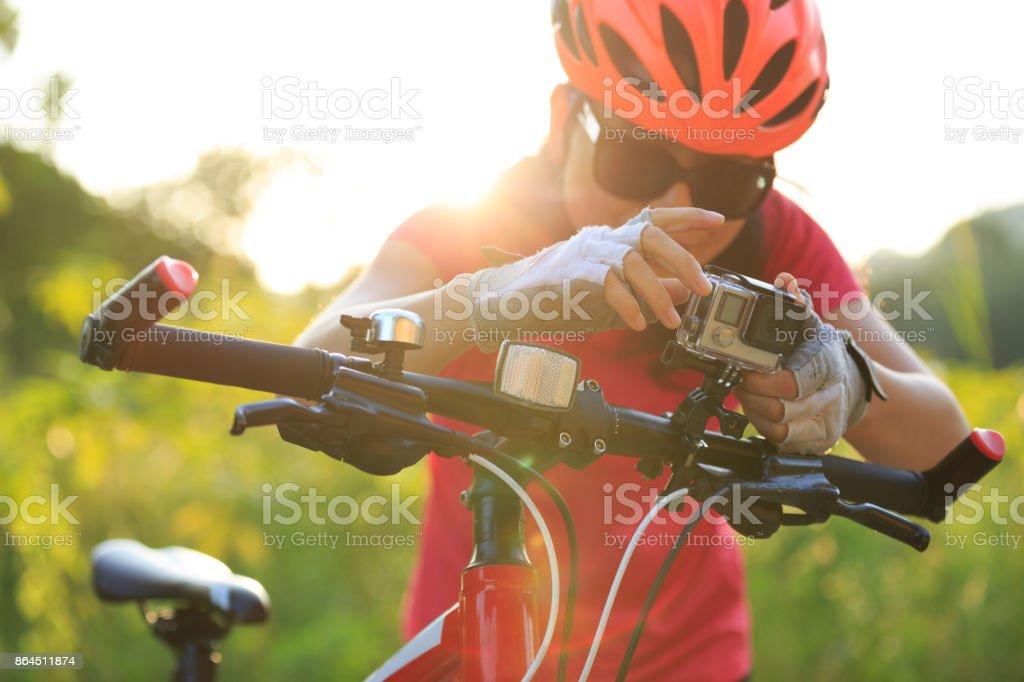 Radfahrer die Action-Kamera auf Mountainbike montieren – Foto
