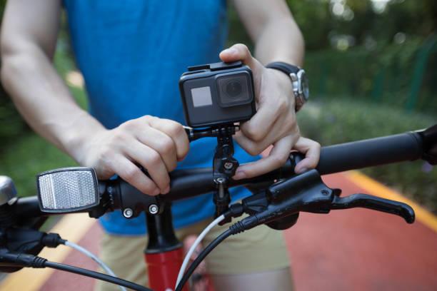 Radfahrer, die Montage der Action-Kamera mit Mountainbike – Foto