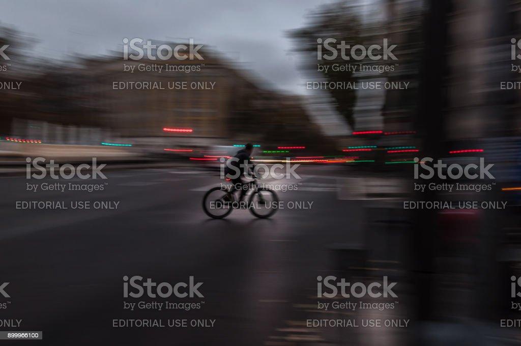 Ciclista moviéndose rápidamente a través de la ciudad - foto de stock