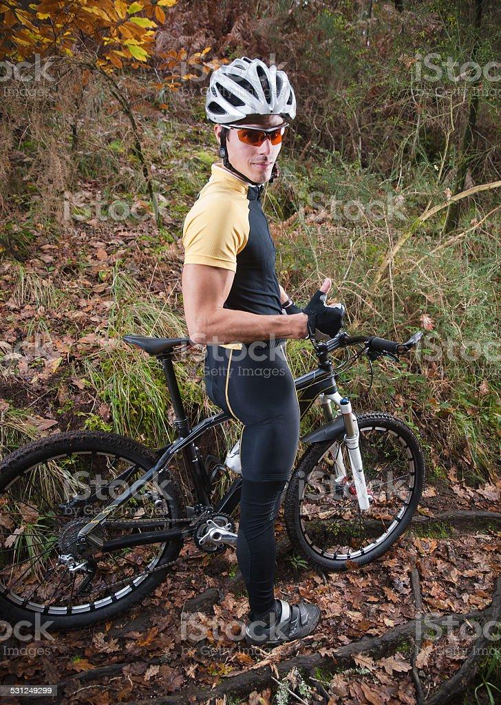 Ciclista en bicicleta de montaña - foto de stock