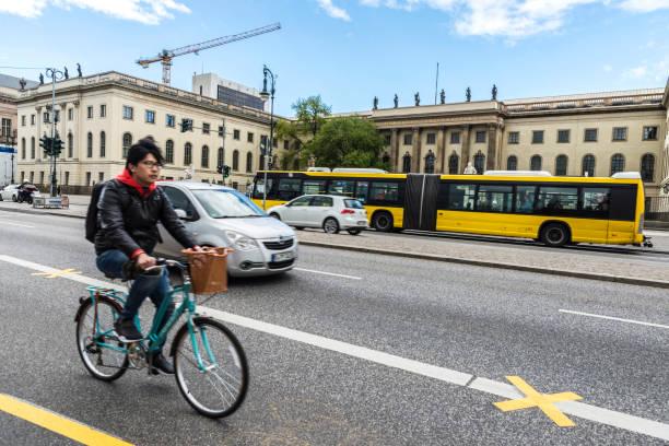 radfahrer auf einer straße in berlin, deutschland - radwege deutschland stock-fotos und bilder