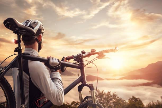 radfahrer auf einem gipfel - fahrradträger stock-fotos und bilder