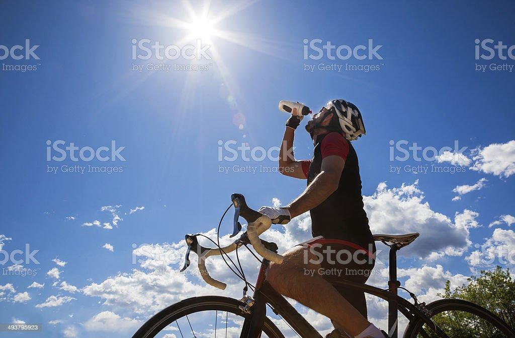 Radfahrer ausruhen und Trinken isotonische drink. - Lizenzfrei Aktivitäten und Sport Stock-Foto
