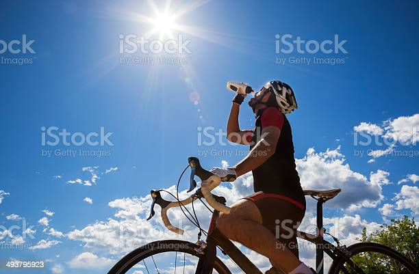 Radfahrer Ausruhen Und Trinken Isotonische Drink Stockfoto und mehr Bilder von Aktivitäten und Sport