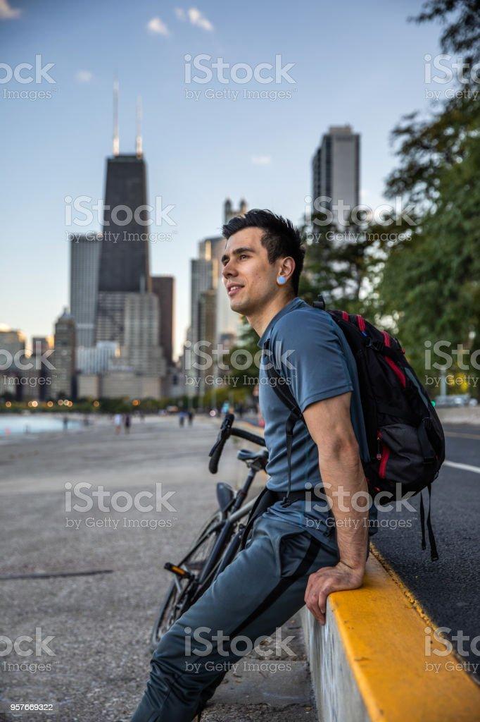 Tomar una ciudad ciclista rompe afterwork en el camino a casa - foto de stock