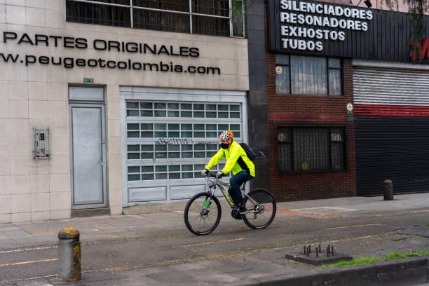 Radfahrer mit Gesichtsmasken zum Schutz gegen das Coronavirus in der Stadt Bogoté. Kolumbien. – Foto