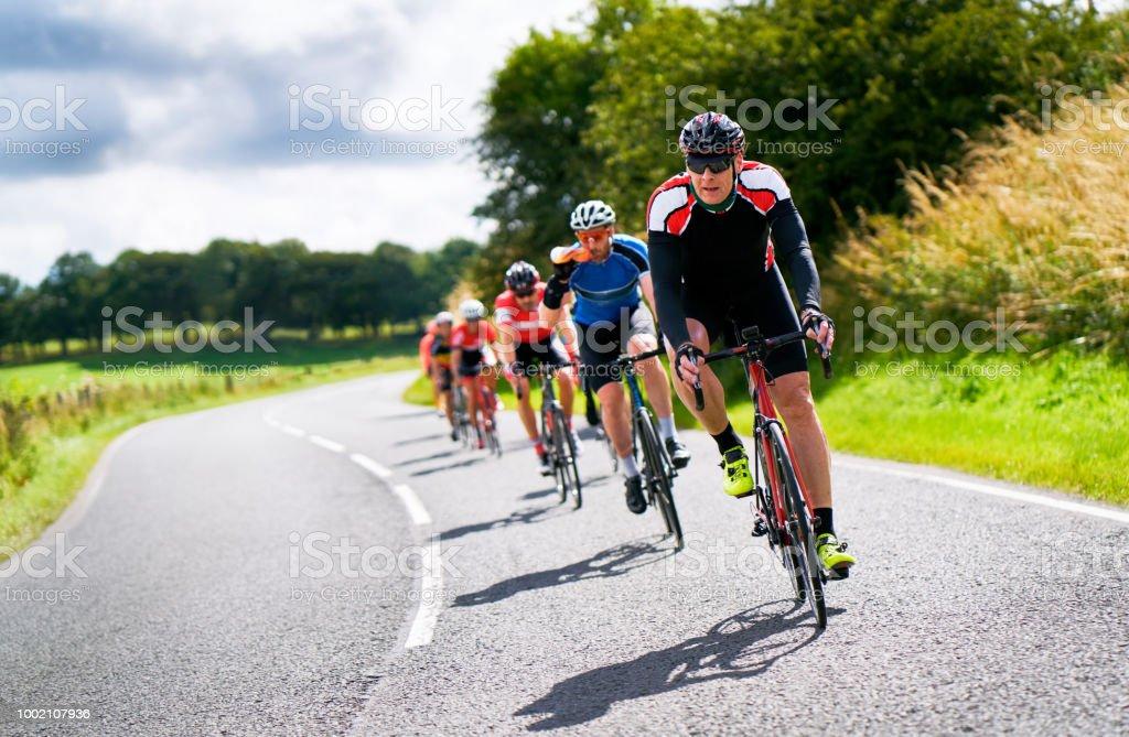 Fietsers racing op landelijke wegen. foto