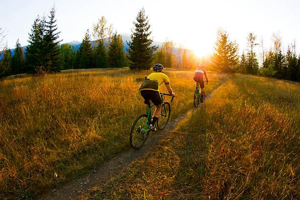cyclo-cross fahrer - cyclocross stock-fotos und bilder