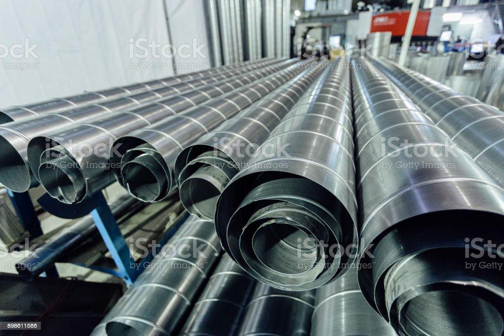 Tubos de acero cilíndricos. Tubos redondos de metal en el taller de metalistería - foto de stock