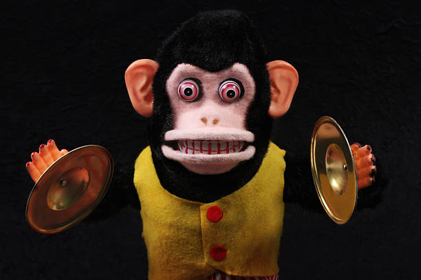 beckeninstrument spielen monkey - horror zirkus stock-fotos und bilder