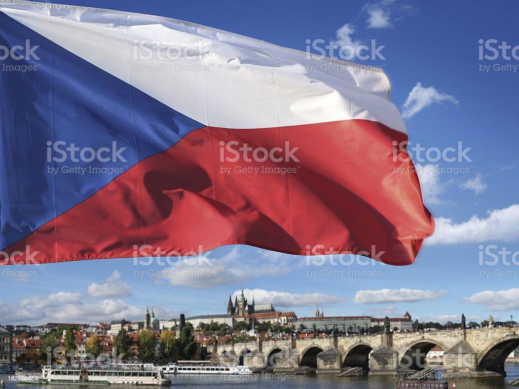 Bandera checa, el Castillo de Praga y Charles puente - foto de stock