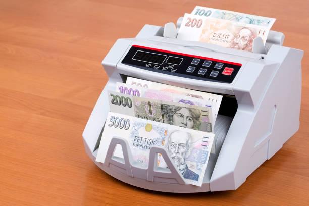 sayım makinesinde çek parası - çek cumhuriyeti stok fotoğraflar ve resimler