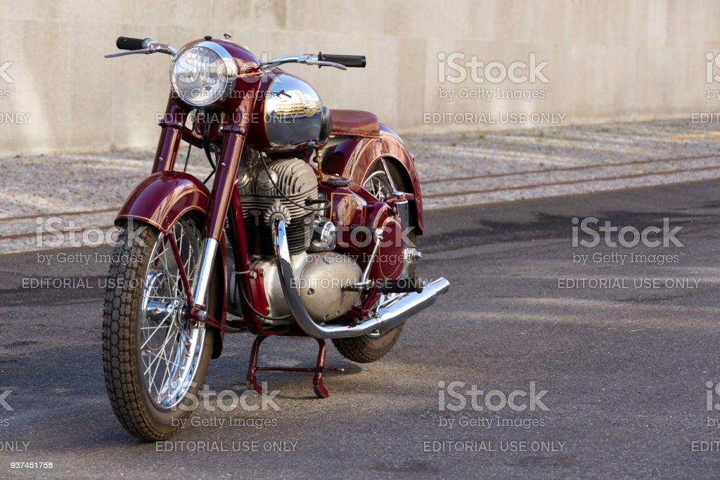 Tschechische Motorrad Jawa 500 OHC aus dem Jahre 1952-1958 steht auf Straße – Foto