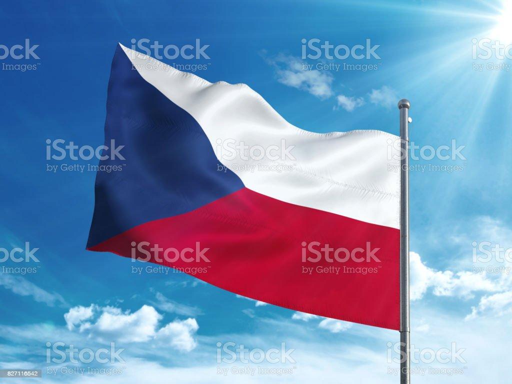 Bandera de España ondeando en el cielo azul - foto de stock