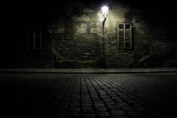 república tcheca. praha. dark alley. - praga boémia - fotografias e filmes do acervo