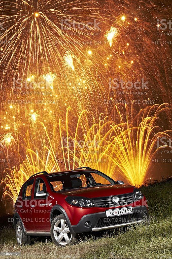 Dacia Sandero Stepway unter Feuerwerk – Foto