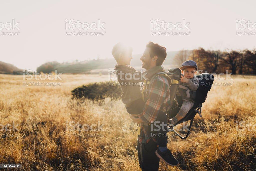 Vater und seine Jungs wandern zusammen - Lizenzfrei 12-23 Monate Stock-Foto