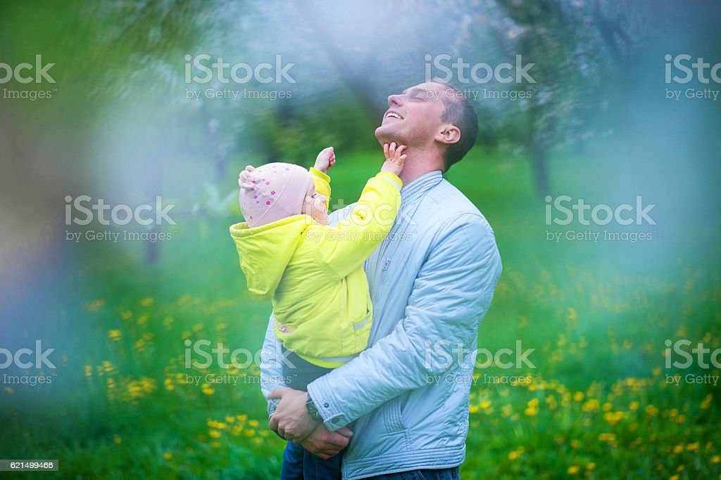 Dad and his daughter are playing in the beautiful park foto stock royalty-free