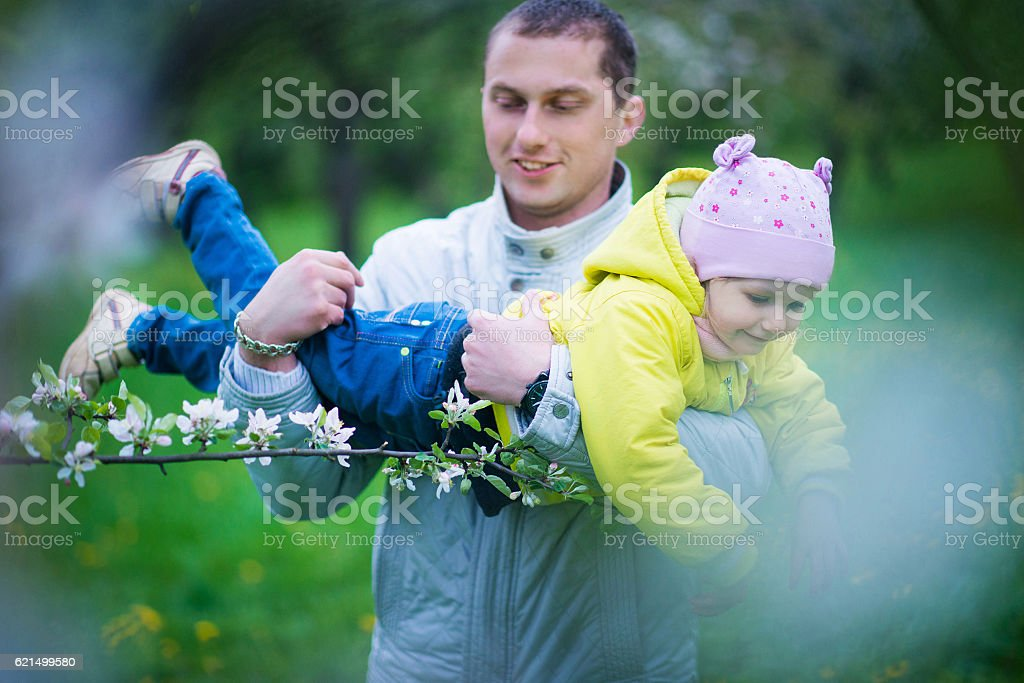 Dad and his daughter are playing in the beautiful park Lizenzfreies stock-foto