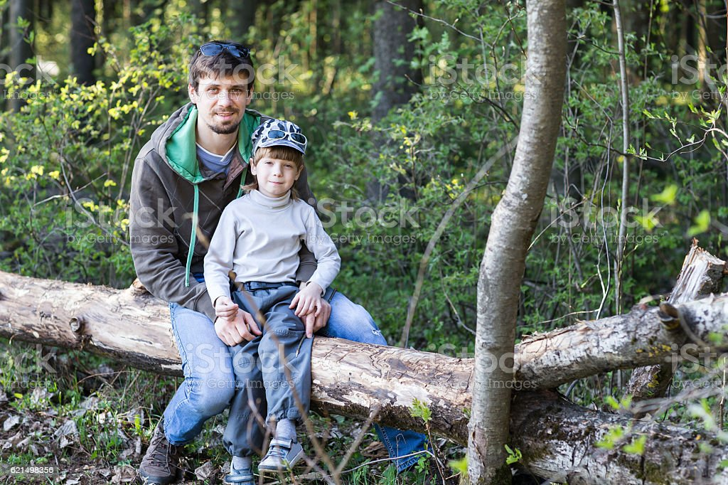 dad and little son having picnic foto stock royalty-free