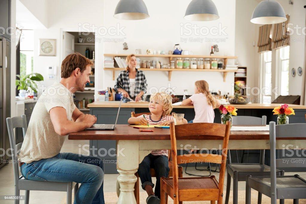 Papá E Hijo En La Mesa De La Cocina Madre E Hija En Segundo ...