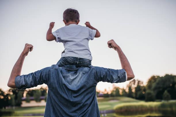 tata i syn na zewnątrz - plecy zdjęcia i obrazy z banku zdjęć