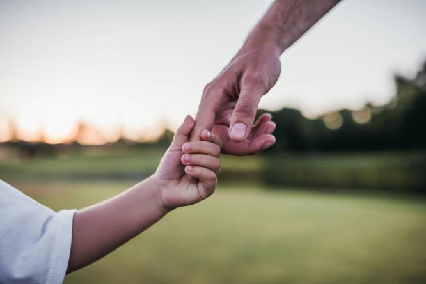 Vater und Sohn, die Hände – Foto