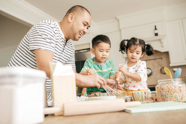 Papa, Backen mit Kindern – Foto