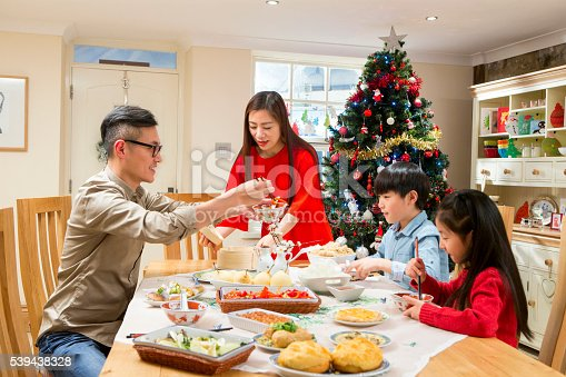 istock Dad can you pass me the vegetables please! 539438328