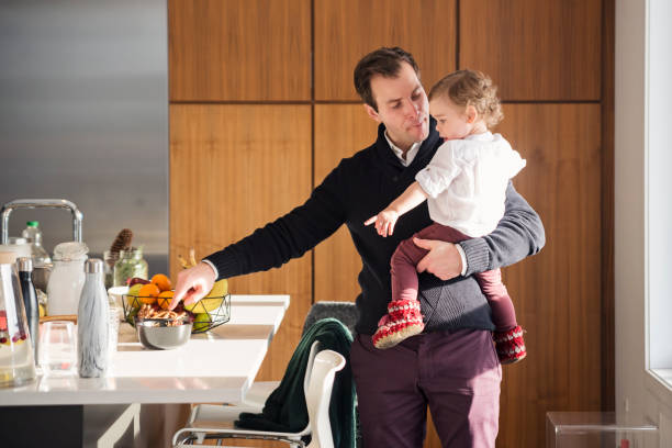 hijo de padre el divertido niño antes de la gran cena familiar. - padre que se queda en casa fotografías e imágenes de stock