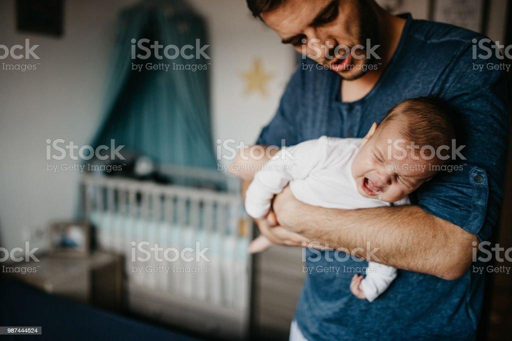 Lleva de papá con el bebé que llora en el cólico - foto de stock
