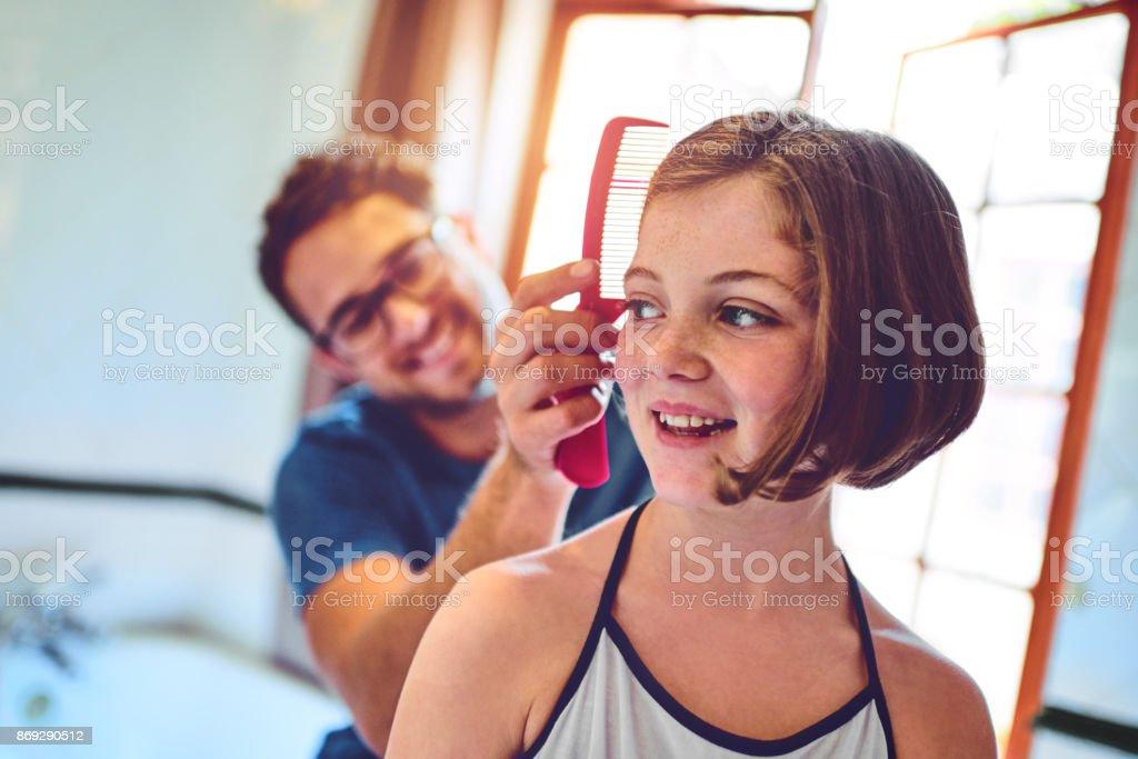 Papa macht die schönsten Frisuren Lizenzfreies stock-foto