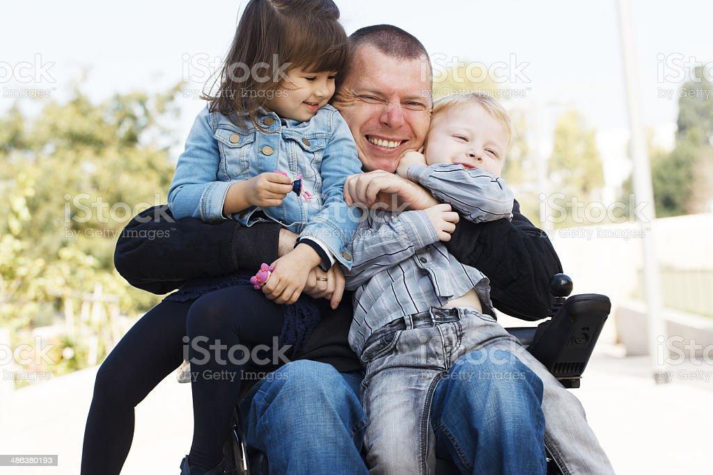 Padre con hija e hijo jugar - foto de stock
