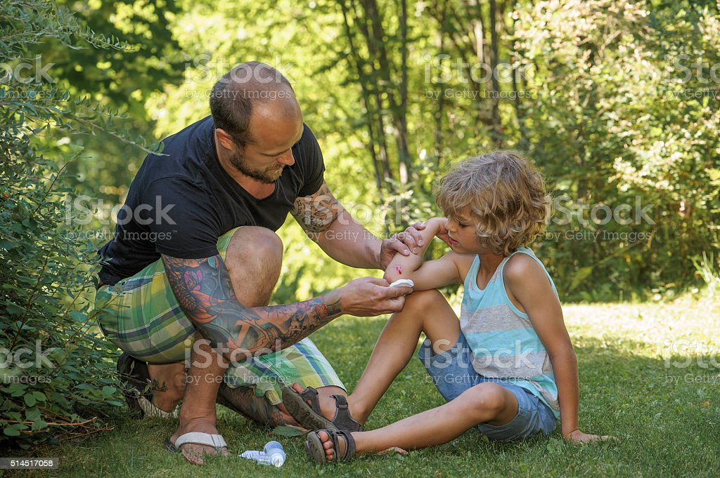 Père en fils est antiseptiques de coude - Photo