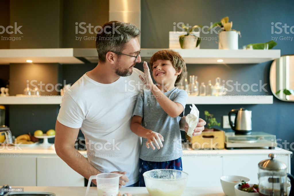 Papa, sollte des Mehls in den Teig gehen – Foto