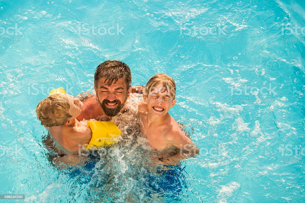 Dad with children in swimming pool foto royalty-free