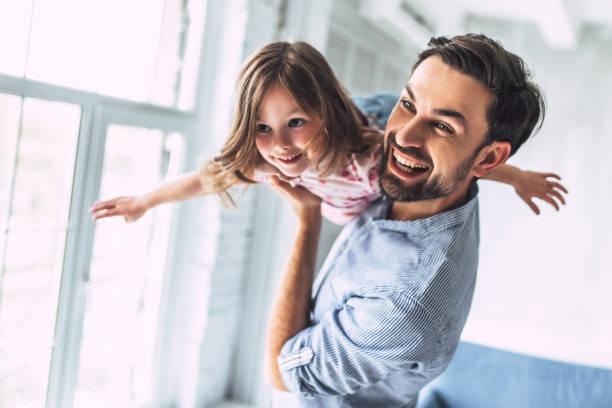 Vater mit Tochter zu Hause – Foto