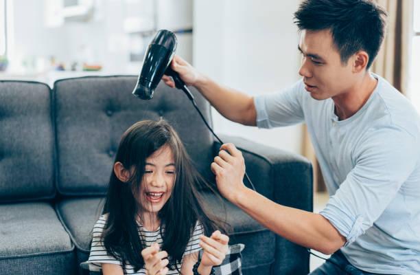 padre con hija en casa - padre que se queda en casa fotografías e imágenes de stock