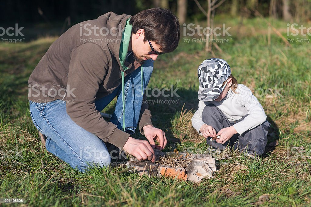 Dad with son kindle bonfire foto stock royalty-free