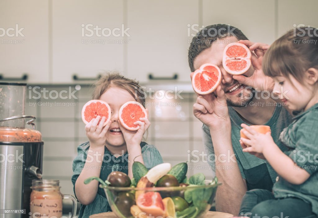 Baba ile çocuk mutfakta - Royalty-free 32 dişini göstermek Stok görsel
