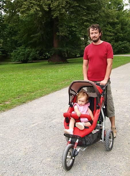 Daddy mit kleinen Tochter im park – Foto
