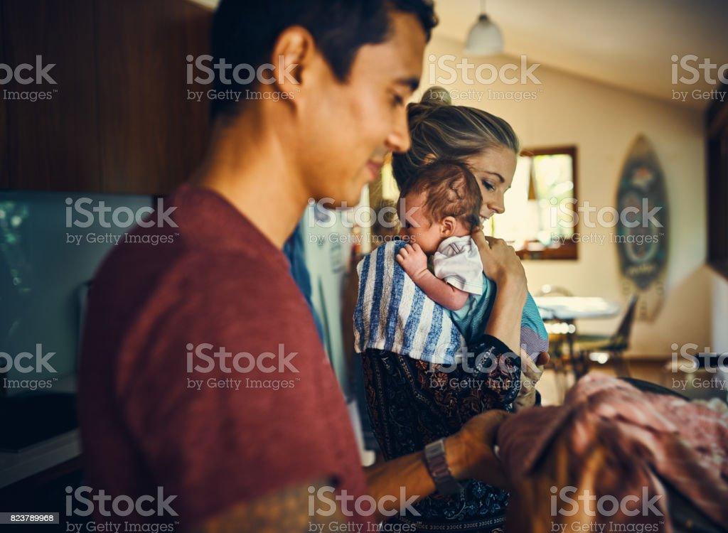 Diario domesticities con su nuevo bebé - foto de stock