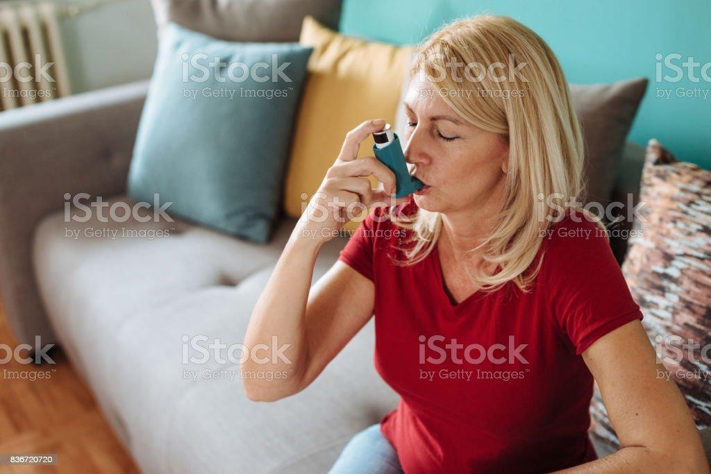 Cotidiano de uma pessoa com asma - foto de acervo