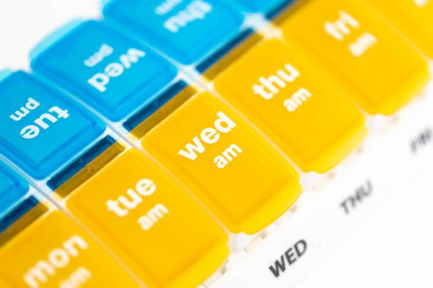 daily pill organizer box - доза стоковые фото и изображения