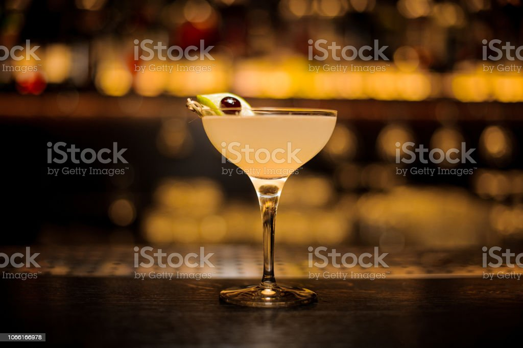 Daiquiri cocktail verziert mit Kalk und Berry am Spieß – Foto