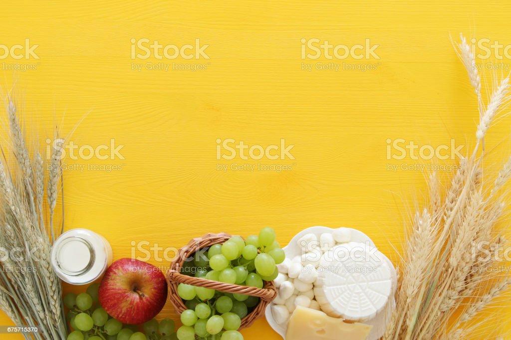 乳製品和水果。猶太節日-五旬節的象徵 免版稅 stock photo