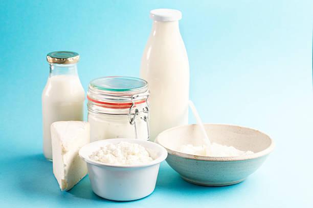milchprodukte käse joghurt, milch und butter - quarkspeise stock-fotos und bilder