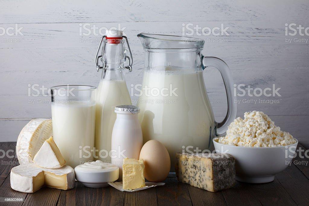 Produtos lácteos na mesa de madeira - foto de acervo